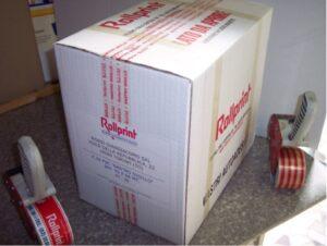 scatola con nastro sigillo e reggia adesiva